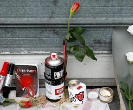 VAL111. Paris (France), 14/11/2015.- Flowers and candles are display in front of the Petit Cambodge restaurant in Paris, France, 14 November 2015. At least 120 people have been killed in a series of attacks in Paris on 13 November, according to French officials. Eight assailants were killed, seven when they detonated their explosive belts, and one when he was shot by officers, police said. French President Francois Hollande says that the attacks in Paris were an 'act of war' carried out by the Islamic State extremist group. (Francia) EFE/EPA/YOAN VALAT