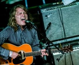 ty-segall-tocando-guitarra-directo