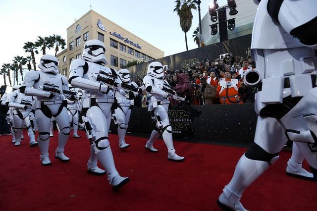 "Storm Troopers march in at the world premiere of the film ""Star Wars: The Force Awakens"" in Hollywood, California, December 14, 2015. REUTERS/Mario Anzuoni"
