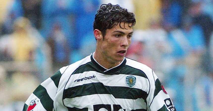 O jogador do Sporting corre com a bola durante o jogo.
