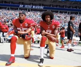 Colin Kapernick en protesta durante el himno nacional de Estados Unidos