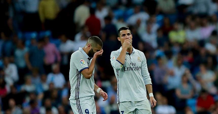 Karim Benzema y Cristiano Ronaldo lamentando el empate del Real Madrid