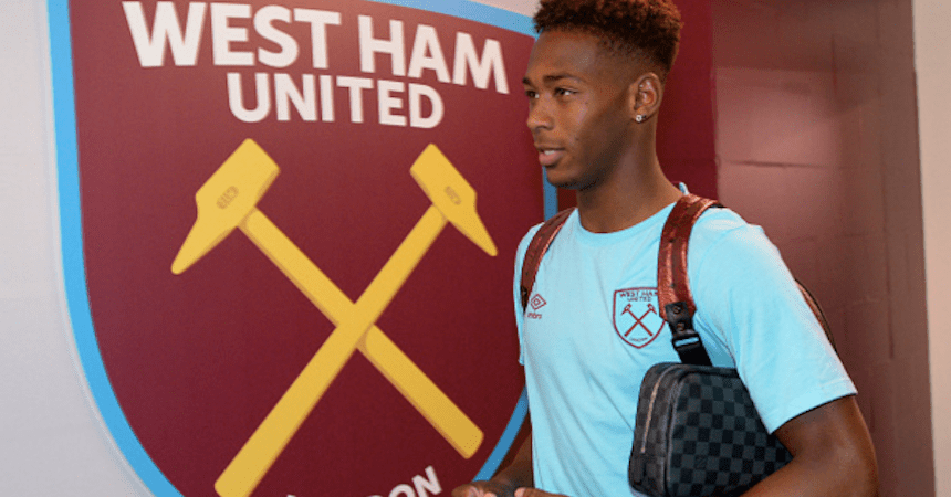 Reece Oxford con el logo de West Ham