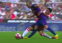 Andrés Iniesta salió lesionado y parece grave