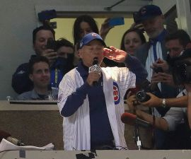 Bill Murray cantó 'Take Me Out to the Ballgame' en Chicago