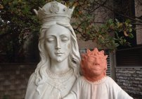 La estatua de un bebé Jesús horriblemente restaurada