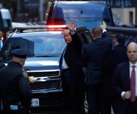 Bad Luck Trump: Donald va a votar... se manifiestan en su contra y lo abuchean