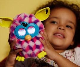 Una niña y su Furby