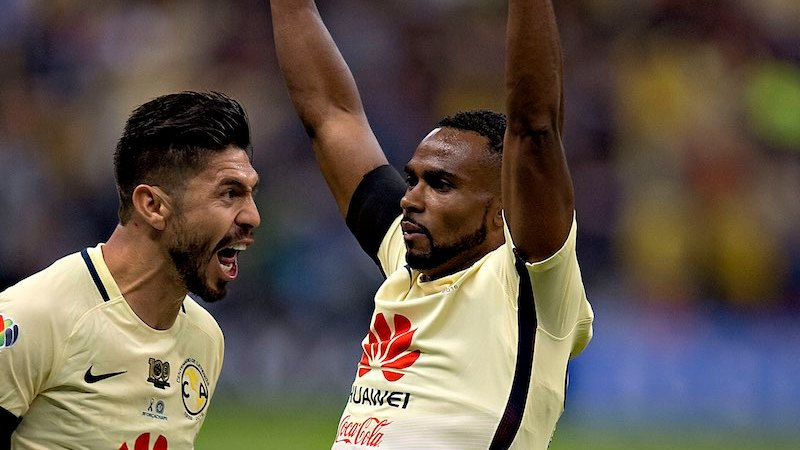Oribe Peralta y William Da Silva festejan gol