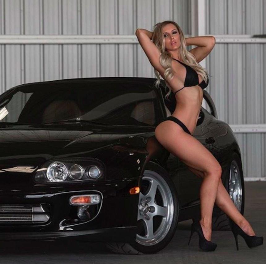 Amanda Paris posando junto a un auto