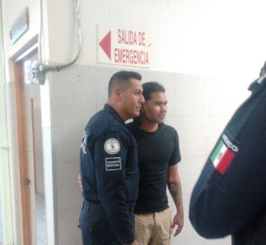 Gullit Peña con un policía