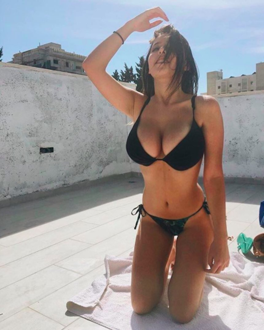 Guapa universitaria en bikini