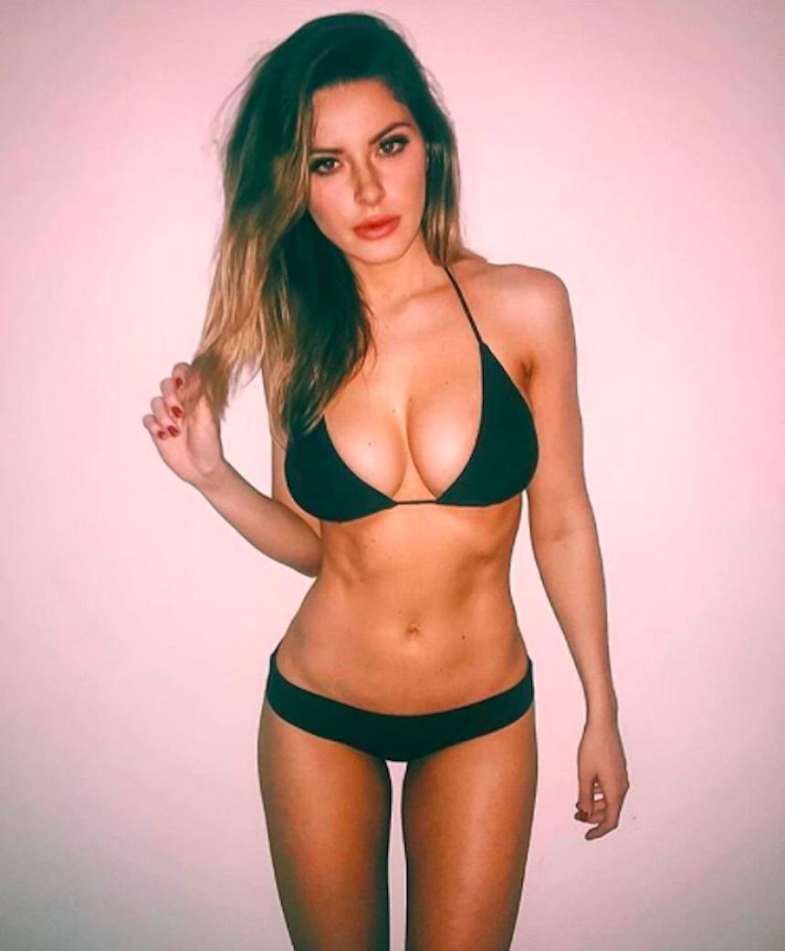 Universitaria guapa luciendo bikini