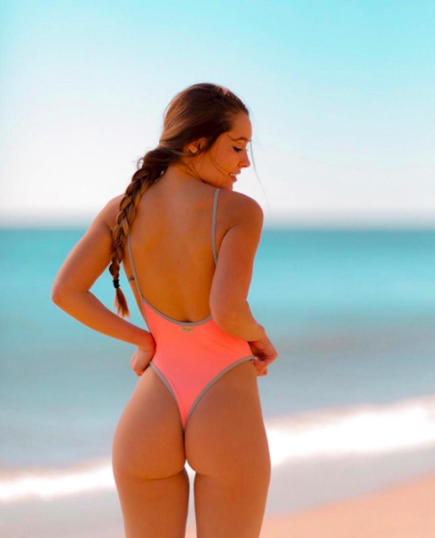 Linda universitaria en bikini rosa