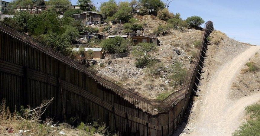 Muro fronterizo entre Estados Unidos y Mexico