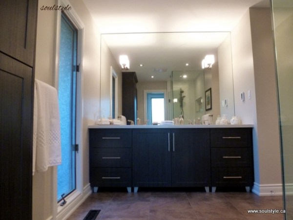 Charcoal vanity with quartz countertop