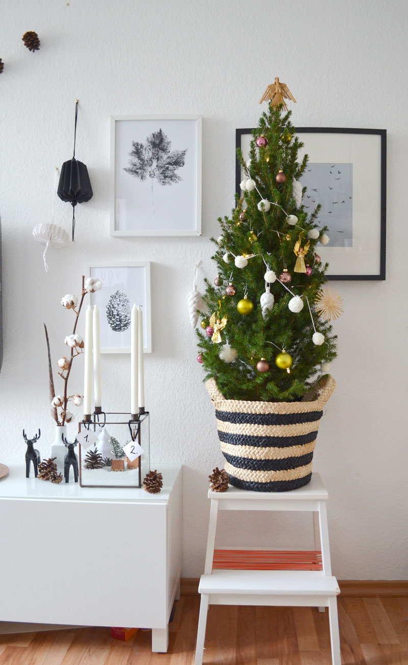 kleiner geschm ckter weihnachtsbaum mit diy mini pompom. Black Bedroom Furniture Sets. Home Design Ideas