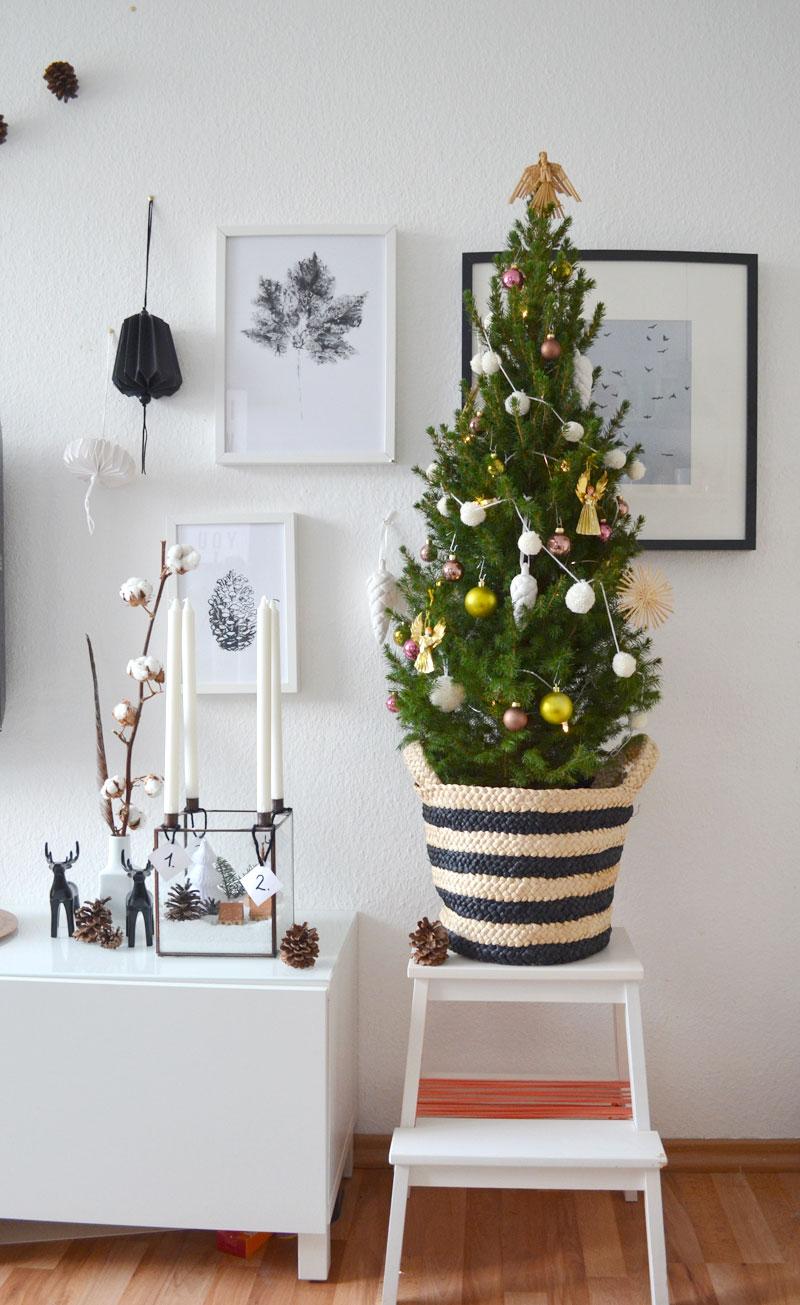 kleiner geschm ckter weihnachtsbaum mit diy mini pompom girlande. Black Bedroom Furniture Sets. Home Design Ideas