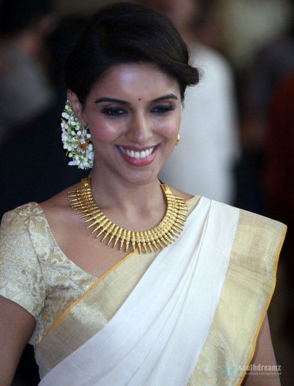 Asin at Genelia Ritesh Wedding Ceremony 7 586x771 Will Asin join the Elite 100 Crore Club?
