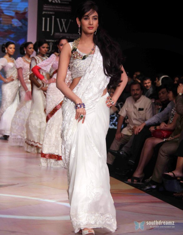 Sonal Chauhan Ramp Walk At IIJW day 3 show 4th glamour photos 586x755 Sonal Chauhan to debut as singer