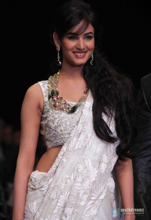 Sonal Chauhan Ramp Walk At IIJW day 3 show 4th photos 586x852 Sonal Chauhan to debut as singer