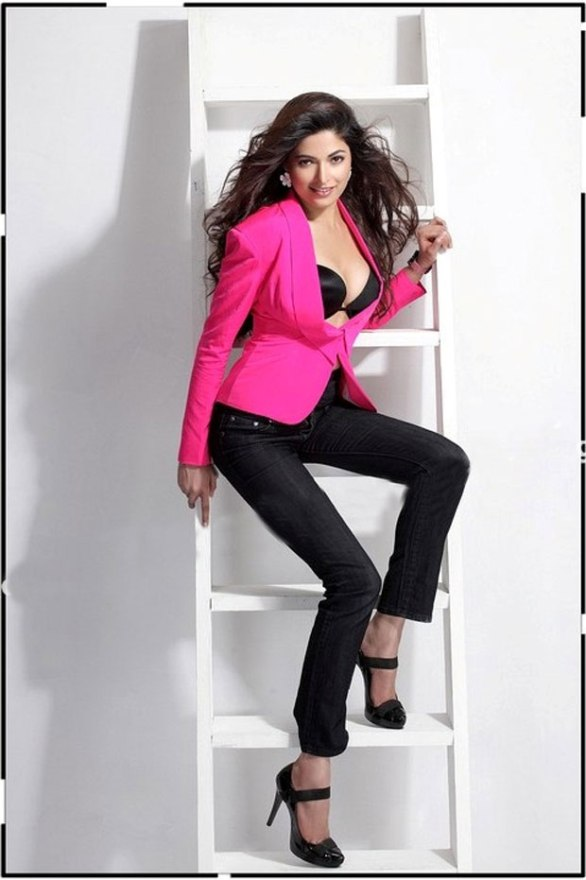 parvathy hot photo shoot photos 06 586x880 Billa 2   Parvathy Omanakuttan hot stills