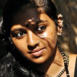 Lingusamy gifts gold chains to Kumki crew