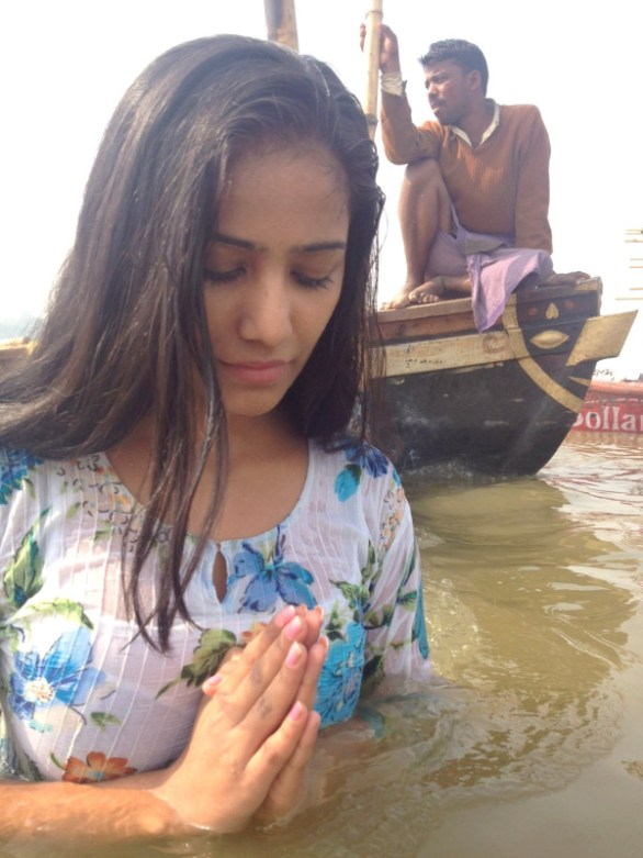 bold beauty poonam pandey takes dip in holy water stiils 6 586x781 Poonam Pandey takes dip in Holy Water