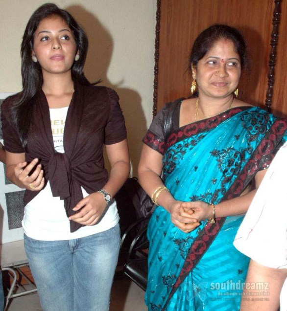 anjali and her mother bharathi devi at engeyum eppothum movie premiere show stills 586x636 Missing Anjali and the curious case of troubled stars