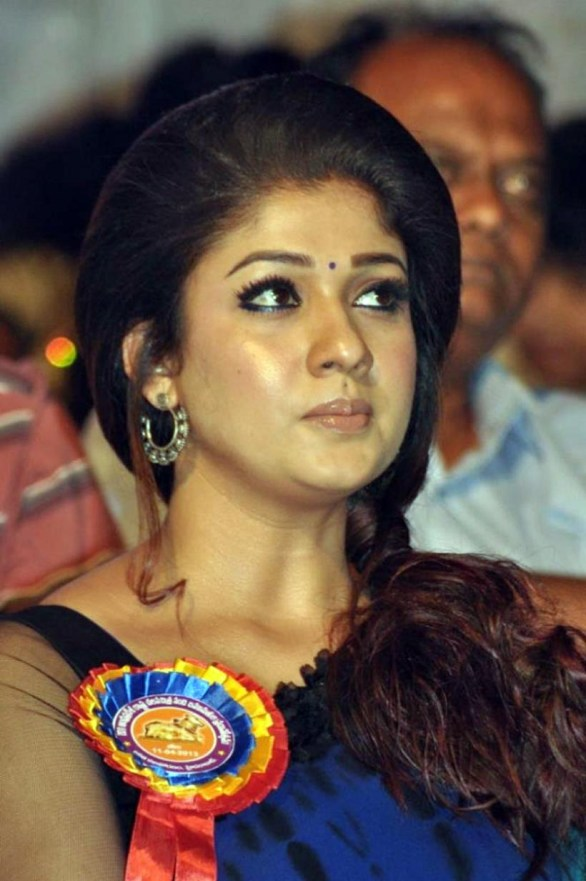 nayanthara stills at nandi awards 2011 function 32 586x881 Nayanatara Hot in Saree
