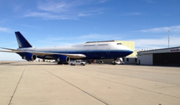 A retired 747-400 in front of the Scaled Composites hangar in Mojave (Credits: Scaled Composites).