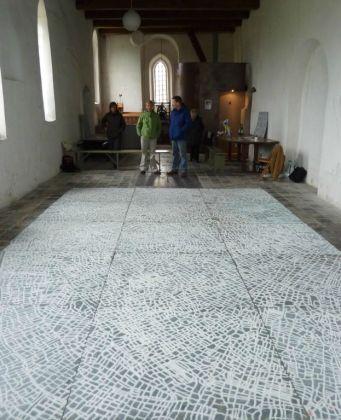 Het Friese Landschap, Fotograaf : Karola Pizarro, Kerkje Ginnum, Friesland, Zout op gegalvaniseerd ijzer, 700 cm x 350 cm