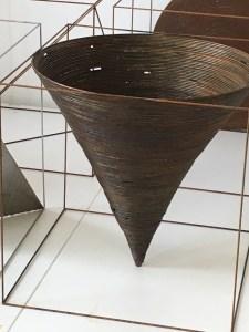 kegel in kubus 2016, 20x20x20cm, staal-roestpatina