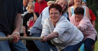Feestweek 2004 Touwtrekken en spijkerbroek hangen