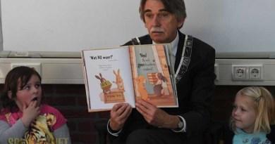 Burgemeester leest voor op De Borgstee