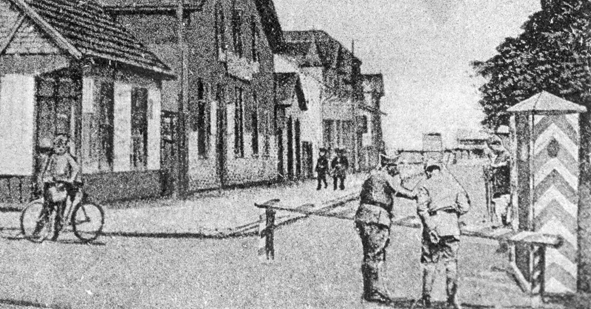 Vor der Kaserne, vor dem großen Tor