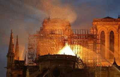 A hős, aki bement az égő Notre-Dame-ba   Startlap