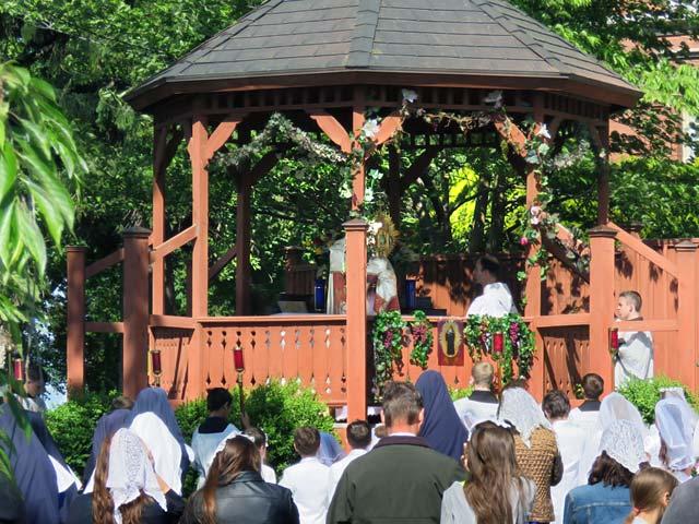 Corpus Christi: Benediction at outdoor altar