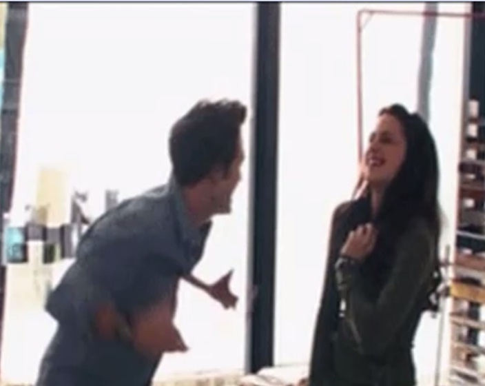 Twilight-Behind-the-Scenes-robert-pattinson-and-kristen-stewart-29889715-704-560