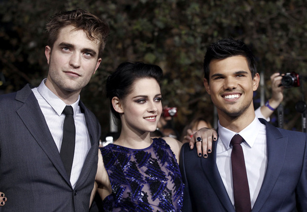 Robert-Pattinson-Kristen-Stewart-and-Taylor-Lautner-arrive-at-the-premiere_gallery_primary