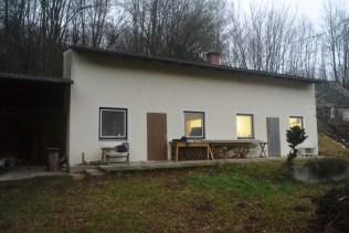 Werkstatt: erhält südseitig einen Earthship-Wintergarten vorgesetzt (Dach wird verlängert und innen gedämmt)