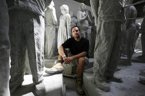 Jason deCaires Taylor entouré de ses sculptures avant qu'elles ne soient immergées.