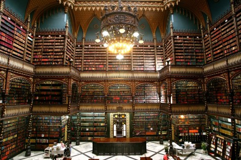 Cabinet Royal Portugais de Lecture (Biblioteca Real - Gabinete Portugues de Leitura), Rio de Janeiro, Brésil fondé en 1837 De style néogothique, elle contient plus de 350 000 livres anciens dont certains datent des XVe et XVIe siècles. (Classée 2e plus belle bibliothèque au monde par un site BuzzFeed)