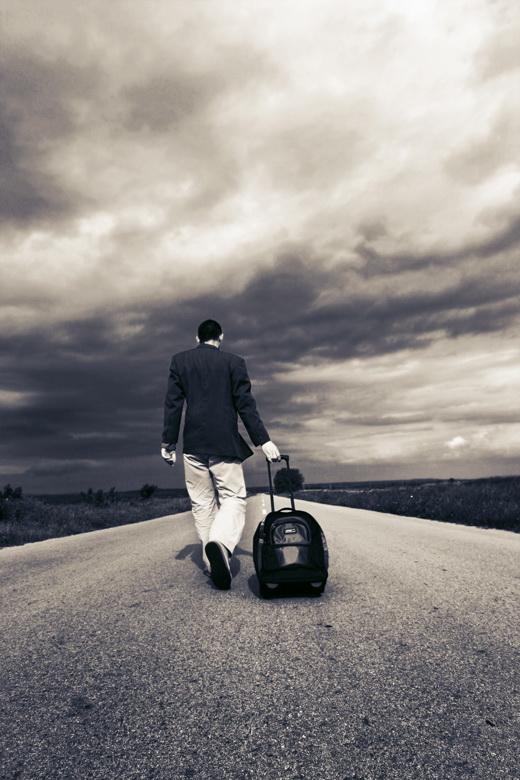 مسافر يثير الفزع في مطار هيثرو بعد أن طعن نفسه في رأسه