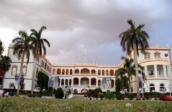 """نظموا مسيرة سلمية إلى القصر الجمهوري… عائدون من ليبيا: """"الجمارك"""" تحتجز سياراتنا لعدم مطابقتها لشروط الموديل"""