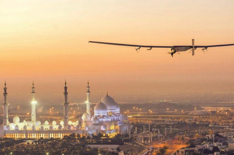 بالصورة: مسؤول بشركة طيران عربية يفضح إحدى المضيفات على الملأ