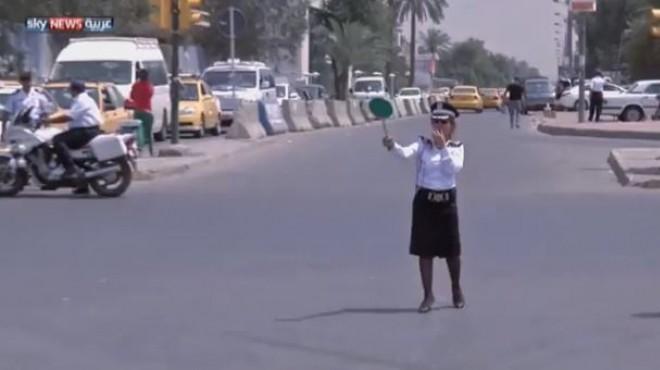 شرطيات ينظمن المرور في شوارع بغداد