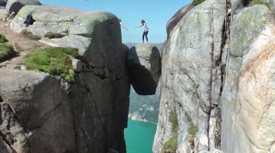 """بالصور: """"الصخرة المعجزة"""".. معلقة بين جبلين ويزورها أصحاب القلوب الجريئة فقط"""