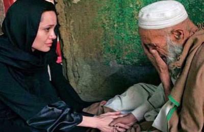 أصالة تفتح النار على صحافي قارن الفنانات العرب بأنجلينا جولي