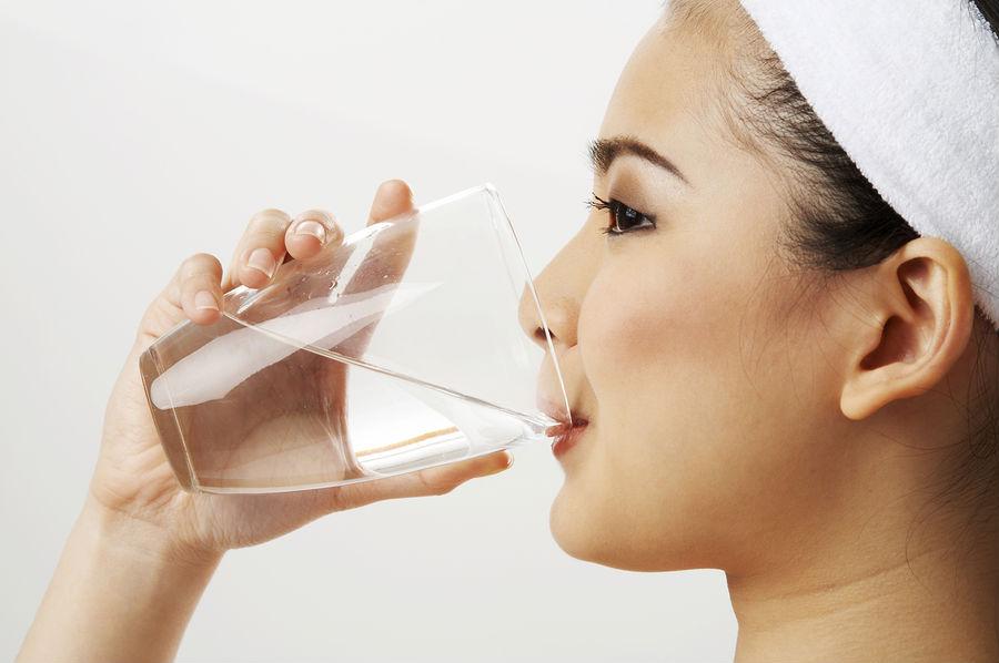 شرب الماء أثناء الأكل يقلل الجوع ولكن هل يضر بالهضم؟